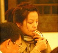 男人借酒消愁愁更愁,这女人借烟消情情难忘.周迅和刘若英于5月6日...