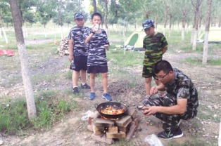 ...了名副其实的小军人,他们学习打背包、学习野外生存技能,还学习...