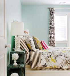 斑驳的铁痕在床头柜上面显得很复古,柜子上的白色装饰和台灯为   卧...