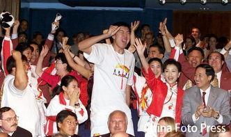资料图:北京申奥成功莫斯科现场 大郅振臂高呼-申奥成功莫斯科现场