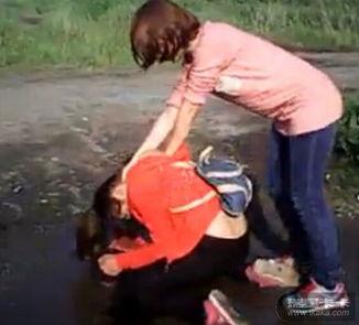 Kholod被4个女生暴打后被迫喝下泥坑路面浑浊的脏水