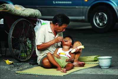 ...妻儿流浪街头成乞丐