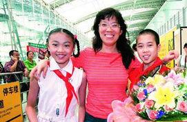 ...亲切接见的郑贤老师一下飞机就受到学生的欢迎.-全国模范教师鼓励...