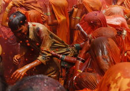 都市神徒-...8日,印度北部城市马图拉的Dauji神庙,一个女子拉扯着一个男子的...