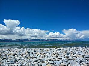 蓝天白云海边石头图片