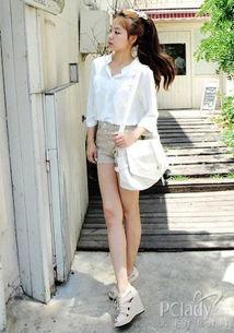 扣骚穴白拍-衬衫是初秋利用率很高的单品,白色基本款衬衫内扎在裸色排扣热裤中...