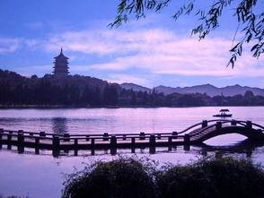 ...而西湖断桥典藏着最为人乐道的爱情故事,白娘子与许仙的爱情为西...