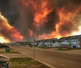 居民区人去楼空.-加拿大森林大火面积超过纽约 8万多居民撤离