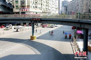 天桥下市民横穿马路.张骥摄-四川达州耗资900万环形过街天桥成 摆设