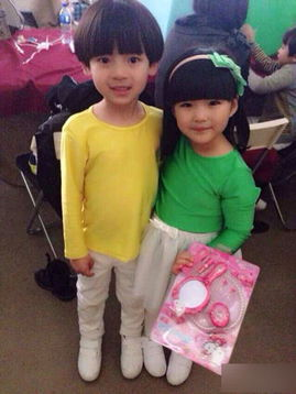 一张她和一个小男孩的合影.王岳伦在微博说: