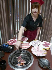 烈旭清河肉部分-一开始服务生会介绍如何烧烤DIY.   肉肉控的最爱!! 这里有牛五花...