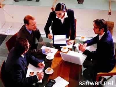 是领导你的人,所以不能没大没小... 在饭局茶局上,不应该自己坐主宾...