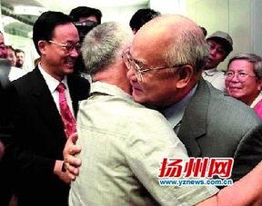 ...年7月13日,北京申奥成功,回国后何振梁与前往机场迎接的荣高棠...