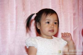 人人玩乡下小骚逼-赵薇女儿小四月小辫卖萌 与爸爸玩耍显亲密