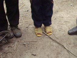 低叹那一抹暖阳-他,却是穿着凉鞋,薄薄的两件衣服挂在身上,并不合身.没有对我们...