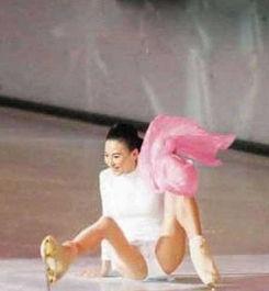 拉美女子穿恨天高遭三连摔 范冰冰周冬雨 盘点女星穿高跟鞋摔倒的尴...