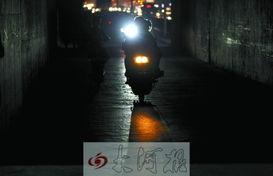 中州大道陇海铁路桥下涵洞内没有路灯照明-记者走访夜幕下的郑州 13...