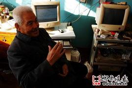 ...向记者介绍他写的小说-长春76岁老人写十数万字性话题小说