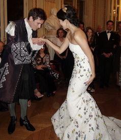 ...怡坠花白裙亮相法国 裹胸露半乳 后背开天窗