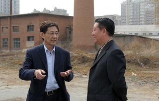 (图片6:王立学向刘国栋介绍工程筹备情况)-中共长春市委老干部局