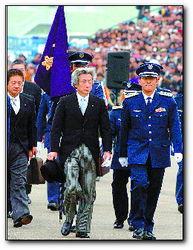 ...基地举行的航空阅兵式.当日,来自日本陆海空自卫队约1000名官兵...