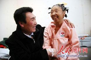 辽宁26岁小伙娶58岁舅妈为妻 同甘共苦17年