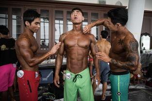 ...年4月17日,韩国首尔,女健美运动员参加健美比赛,穿比基尼秀身...