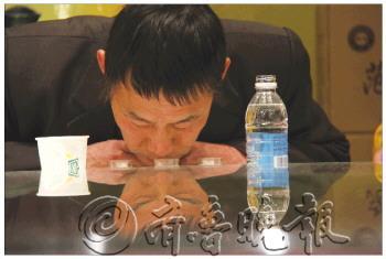 一名参赛者非常仔细地闻酒的气味.     摄 -62名民间品酒师青藤苑争霸