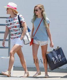 Ava和妈妈瑞茜·威瑟斯彭(Reese Witherspoon)在贝弗利山庄购物...