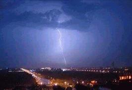 ....记者当时看到一道道夺目的闪电划破长空,震耳欲聋的雷鸣大雨瓢...