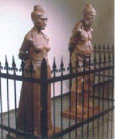 碎尘越境者-这二张照片很有意思,头一张是秦桧、王氏在岳坟前的跪像.每二张是...