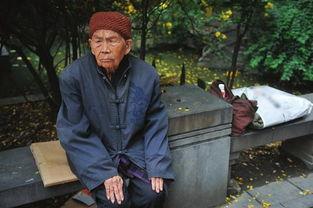 老头和老头睡觉-一床薄被、几件旧衣、几个碗……这是90岁老人张云香的全部家当....