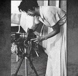 ...江青那时的摄影技术远远没有达到准确掌握百分之一秒瞬间的水平,...