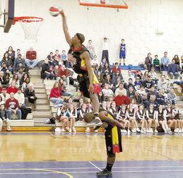 花式篮球表演(资料图片)-19岁女生欲与美国球星PK三分球