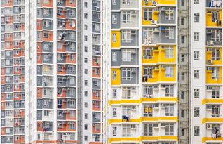 ...楼有7363间黄色、红色、蓝色以及灰色公寓,可容纳14000人.(网...