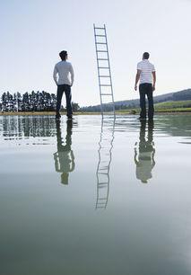 梯子与两个男人的背影图片素材 图片ID 95887 其它人物 人物图片