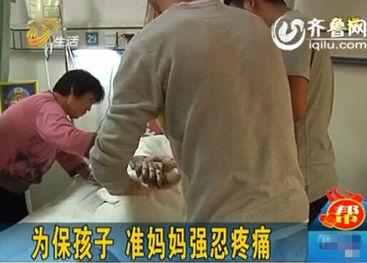 ...进行翻身,非常痛苦(视频截图)-潍坊90后孕妇被烧伤续 日入爱心...