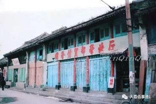 八十年代中期老城国营店铺.   八十年代中期斑痕苍灰的南门牌楼.   ...