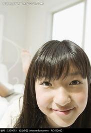 趴在床上微笑的美女特写图片图片 1209093