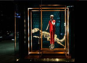 ...念将这些庞大的史前动物骨架赋予仿古的金色,重现于路易威登之家...