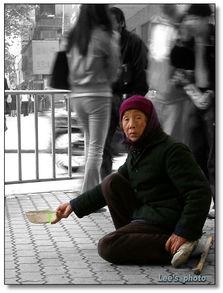 ...品 人行道上的老妇人