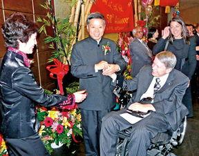 ...到杨强伉俪热情接待.(加拿大《明报》图)-驻温总领馆庆祝中国国...