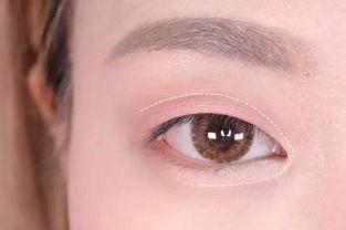 白绫恨彩色插图本-Step 3:用苋红色亚光眼影在上眼皮眼尾按照倒勾眼影的画法晕染,晕...