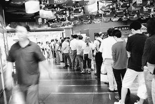图为近日观众在北京王府井新世纪影院排队购票.张 伟摄(人民图片)...