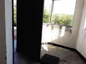 一些公厕门窗毁损严重-化工路8座公厕建好2年多不开放 大多门窗和线...