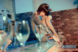 ...身豹纹猫女 穿丝袜大玩性感