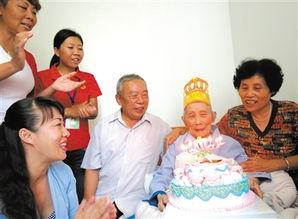 90岁老人社区里过生日
