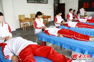 山东省特殊教育中等专业学校的推拿手法练习室内,学生们正在练习. ...
