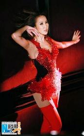 ...浮雕红水晶装 展现傲人性感曲线