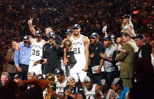 马刺获2003年NBA总冠军 巴特尔与队友庆祝夺冠